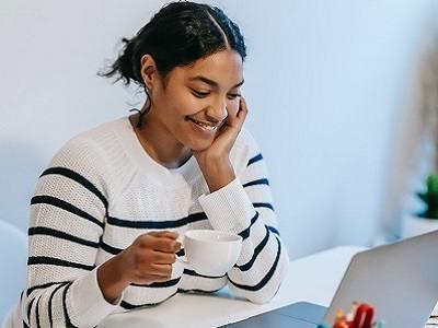Persona sonriendo frente a PC